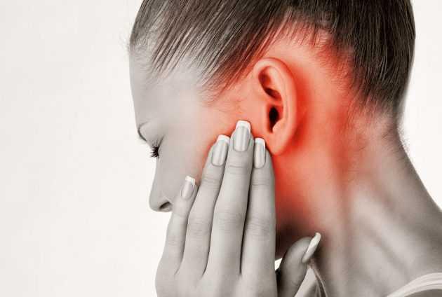 Щелкает челюсть возле уха с одной стороны и больно жевать справа и слева